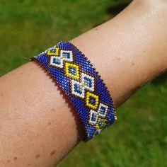 DIY circular peyote weaving bangle bracelet with Miyuki Delicas be - Perles & Co Peyote Patterns, Loom Patterns, Bracelets Diy, Bangles, Collar Circular, Beaded Earrings, Beaded Jewelry, Armband Diy, Stud Earrings