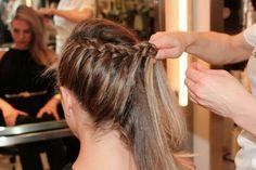Peinado: Separa tu cabello  Y comenza a trenzar solo por la parte de arriba y ve tomando secciones de la parte de abajo (trenzar por arriba) y al terminar sujetar con un pasador por debajo