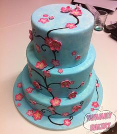 Tiered birthdaycake, painted with cocoabutter