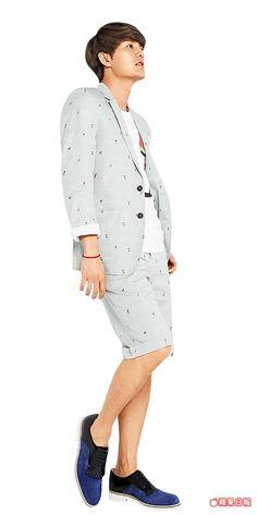 成套的短褲與西裝外套搭配繫帶鞋,很有特色。sergio rossi鞋3萬6800元