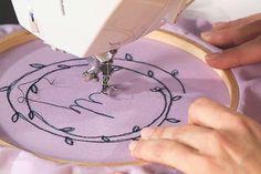 Deine Nähmaschine kann viel mehr als nur Nähen: In unserem Video-Kurs Freihandsticken mit der Nähmaschine zeigt dir Makerist-Trainerin Janine Heschl, welche Kunstwerke du freihand und ohne Transporteu