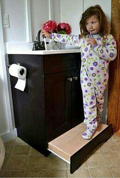 Gaveta-degrau para crianças alcançarem a pia.