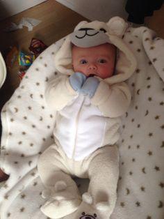 Cute Baby Boy, Cute Little Baby, Little Babies, Cute Kids, Cute Baby Videos, Cute Baby Pictures, Baby Bjorn, Baby Smiles, Foto Baby