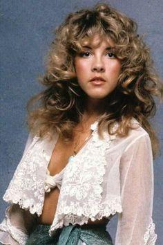 Stevie Nicks in 1977 Hair goddess Moda Fashion, 70s Fashion, Fashion Tips, Filles Punk Rock, Pretty People, Beautiful People, Stevie Nicks Fleetwood Mac, Stevie Nicks 70s, Stevie Ray