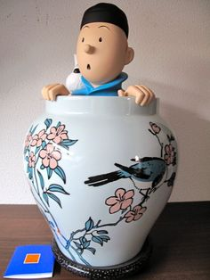 Tintin/Kuifje - figurine Moulinsart - Tintin and Snowy in vase- figurine- Moulinsart - (2012) - Sell or buy comic books in the Catawiki auction.