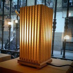 Lámpara Edificio de cartón corrugado #lámpara #cartón #reciclaje #lamp #upcycling