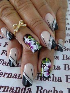 As flores desde muito tempo fazem parte da decoração das unhas. São símbolos da graça e delicadeza feminina. Flores simbolizam beleza, pureza, amor, criatividade e harmonia, e muitas outras belas palavras que podemos relacionar com as mulheres. Hoje veremos lindas fotos de unhas decoradas com flores! Como as unhas decoradas com joias de unhas, as… Beautiful Nail Designs, Cute Nail Designs, Beautiful Nail Art, Pearl Nails, Bling Nails, Pretty Toe Nails, Cute Nails, Fingernails Painted, Finger Nail Art
