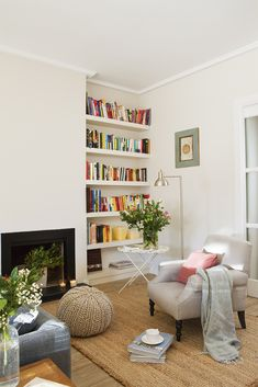 00412748. Zona de lectura con estantería de obra blanca al lado de la chimenea y butaca en beige_00412748