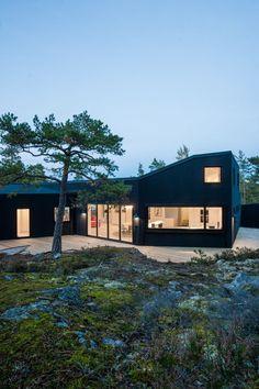 Villa Blåbär by pS Arkitektur / Marvelous Black Exterior Paint with Bright White Interior - Hupehome Exterior Paint, Exterior Design, Exterior Cladding, Black Exterior, Dark House, Villa, Ludwig Mies Van Der Rohe, Renzo Piano, Nordic Home