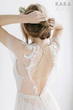 Vestido de noiva com decote nas costas, tendência de 2017.