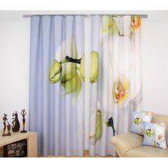 Závesy do obývačky bielo nebeskej farby s rozkvitnutou orchideou