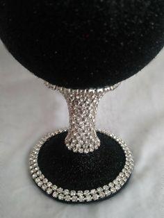Glitter Wine Bottles, Bling Bottles, Glitter Vases, Glitter Wine Glasses, Diy Wine Glasses, Decorated Wine Glasses, Bling Wedding Decorations, Table Decorations, Wine Glass Crafts