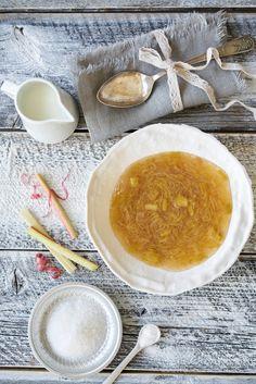 Rabarbragrøt med melk er en god hverdagsdessert som man gjerne kan unne seg i rabarbrasesongen. Cantaloupe, Fruit, Ethnic Recipes, Food, Essen, Yemek, Meals
