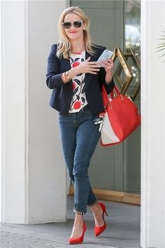 Reese Witherspoon con jeans y zapato rojo