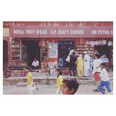 #mytajmemory  Taj Mahal(तज महल)はまたゆっくり見たいな2月末でも30近くて暑かったから夏場の訪問はオススメしません夏場は気温40越えとかになるらしい  会社の男性たちがお土産屋さんでスノードームを買ってた最初Rs1000(約1800円)って言われていたのに値切ってRs40(約72円)で買ってた  そして急に走り出す子どもたちその訳は 続く  #india #agra #tajmahal #souvenirshop #インド #アグラ #タージマハル #お土産屋さん #走る子ども #海外出張 # #20160227 by yummyt22 #IncredibleIndia #tajmahal