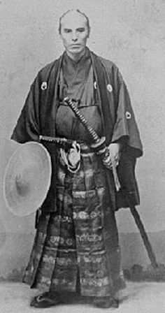 katana_daikatana_wakizashi_daisho_samurai.jpg (263×500) The daisho was a pair of short and long swords worn by the samurai,both worn blade up, inside the sash. Only men of the samurai class could wear the long sword (katana). The short sword (wakizashi) could be worn by other social classes. The katana replaced the tachi (worn suspended, with the blade facing down) in the late 15th century.