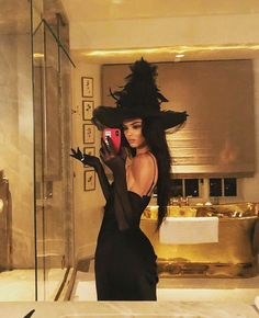 angel halloween costumes Witchin from Kardashian-Jenner Sisters Celebrate Halloween 2018 Halloween 2018, Costume Halloween, Looks Halloween, Trendy Halloween, Halloween Inspo, Last Minute Halloween Costumes, Cute Witch Costume, Halloween Party, Celebrity Halloween Costumes