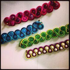 Pulceras,collares,zarcillos Soutache Apartir De - BsF 195,00 en ... Fabric Jewelry, Beaded Jewelry, Soutache Earrings, Rock Art, Hair Band, Jewels, Crochet, Bracelets, Handmade Necklaces