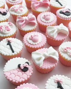 Mickey Cupcakes, Mickey And Minnie Cake, Minnie Mouse Birthday Outfit, Bolo Minnie, Kid Cupcakes, Minnie Mouse Cake, Fondant Cupcakes, Birthday Cupcakes, Cupcake Cakes