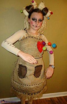Voodoo Puppenkostüm mit großen Nadeln und Steckfrisur