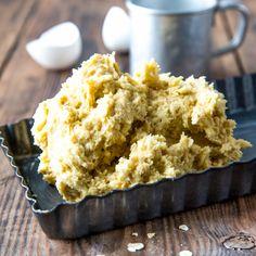 Kauramurotaikina sopii makeiden piirakoiden pohjaksi. Ainekset: 125 g voita ¾ dl sokeria 1 muna 2 ½ dl vehnäjauhoja 1 ½ dl kaurahiutaleita 2 tl vaniljasokeria 1 tl leivinjauhetta Vatkaa voi ja sokeri vaahdoksi. Sekoita joukkoon muna. Yhdistä kuivat aineet keskenään ja lisää muutamassa erässä taikinaan. Levitä taikina voidellun piirakkavuoan pohjalle ja reunoille. Krispie Treats, Rice Krispies, Muffin, Baking, Breakfast, Sweet, Desserts, Food, Drink