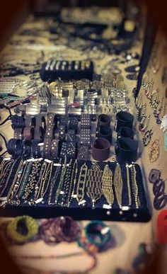 Ok, il banchetto è pronto!  Bracciali di metallo, collane di metallo, metallo di metallooooo!!!!