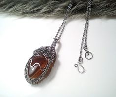 Červený achát :: Zirnitra - autorský šperk.Nerezové šperky od Zirnitra. Drôtený nerezový ručne robený prívesoks kameňom, červený achát, nerezová oceľ, nerez.,drôtikovanie.