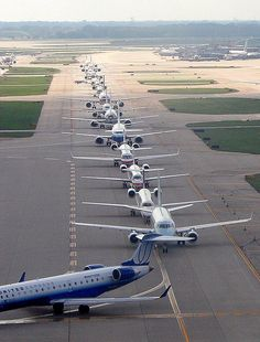 Rush Hour at Chicago-O'Hare, July 2006. A nice variety of commuter jets and larger airliners. (Photo: Courtesy of Etienne du Plessis)