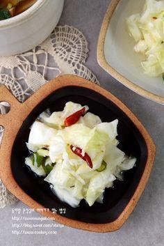 양배추 이렇게 먹으니 무지 헤프네요. 양배추를 너무 강하지 않게 잘 절여서 만든 피클인데요, 지난주에 올... Cooking With Kids, Easy Cooking, Cooking Recipes, 365days, Food Concept, Healthy Dishes, Korean Food, Food Menu, Food Design