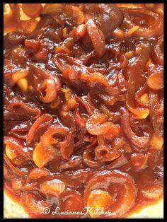 Een heerlijke zoetige uien tomaten saus die je als begeleider bij van alles kunt eten zoals bij een broodje knakworst.