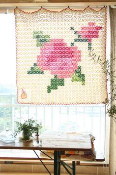 햇살에 더 로맨틱스럽게 핑크 플라워가 활짝  :  뒤적이던 뜨개책에서 ...