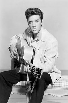Elvis Presley in Jailhouse Rock - Vintage Publicity Photo Wall Art, Canvas Prints, Framed Prints, Wall Peels Priscilla Presley, Lisa Marie Presley, Elvis Und Priscilla, Mississippi, Ropa Kylie Jenner, Elvis Presley Wallpaper, Foto Face, Young Elvis, Elvis Presley Young