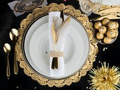 The Gatsby wedding in the style of the - how it works Black table linen with golden elements bring glamor to the Gatsby wedding Party Like Gatsby, 20s Party, Gatsby Wedding, Gold Wedding, Gatsby Style, Gold Party, Traditional Kitchen Sinks, Speakeasy Decor, Gangster Party
