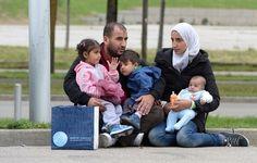 欧盟各国正面临着战后最大一波难民潮。奥地利在5日允许数以千计难民从匈牙利边界入境,并协助部分难民转赴德国。奥地利表示,这项措施将逐步取消,不再无限地向难民开放边境。而德国内政部也发出警告,德国不可能以目前的速度无限量接收难民。 - 国际新闻