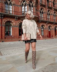 Make the most of bare legged season in our knee high snake boots like Laura 🍂 Winter Outfits 2019, Summer Fashion Outfits, Cool Outfits, Summer Boots Outfit, Winter Boots Outfits, Snake Boots, Fall Blazer, Knee High Boots, Long Boots