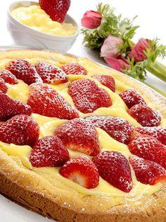 Tart with cream and strawberries (Vegan) - La Crostata di crema e fragole vegan è un dessert che piace a tutti, in special modo ai bambini! Con questa crostata gustosa nessuno si tirerà indietro! #crostatadicremavegan #crostatadifragolevegan