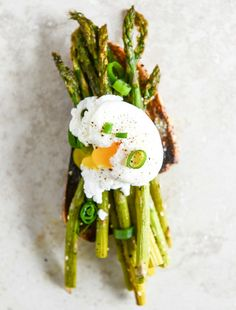 Roasted Sesame Asparagus Toasts with Poached Eggs and Lemon Garlic Aioli | howsweeteats.com