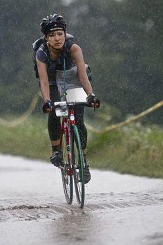 Female bike messenger riding in the rain. Bike Messenger, Urban Cycling, Cycling Rules, Cycling Girls, Bicycle Girl, Bike Style, Road Bikes, Girls In Love, Bike Life