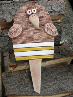 Zápich - ptáček Ze šamotové hlíny, velikost 15 x 13 cm(vxš), celková délka zápichu 25,5 cm.  (This coiuld be used as a garden marker in my herbs!)