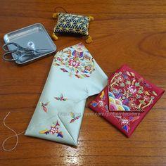 종이접기 하듯 접고 둘둘 말아감아 올라가듯 꿰매면 주머니가 만들어지는 재미있는 약낭 Korean Art, Korean Traditional, Pin Cushions, Hand Embroidery, Hand Sewing, Korean Fashion, Folk Art, Needlework, Origami