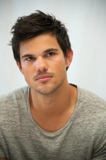 Taylor está muy concentrado en las preguntas que le hacen en la entrevista :)