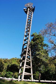 Monumento Reloj de la Universidad Central de Venezuela, su diseño simbolizan arte, arquitectura y academia propias de la casa de estudio.