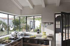 Une grande cuisine fonctionnelle et design - 12 cuisines modernes et lumineuses - CôtéMaison.fr