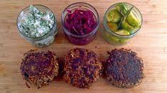 Valnøtt- og kålrotkaker med grønnkål, rødkål og rosenkål