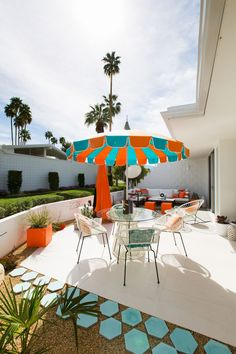 A Bold Mid Century Modern Outdoor Patio In Beautiful Palm Springs With Geometric Tiles Desert Plants And Blue Orange White Color Scheme Best Design – Modern Garden Modern Backyard, Backyard Patio, Backyard Ideas, Geometric Tiles, Plant Pictures, Mid Century Modern Design, Amazing Gardens, Desert Plants, Garden Design