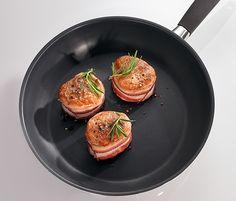 Hliníková pánev. A tip na večeři! Vepřové medailonky s rozmarýnem, zabalené v kabátku ze slaniny :)