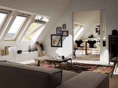 Wohnzimmer mit Blick auf Esszimmer unter Dach