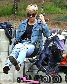 Scarlett Johansson enjoyed a day at the park with her daughter Rose and friends on Saturday. While at the playground the talent looked cool as can be in a head to toe denim. Scarlett And Jo, Black Widow Scarlett, Scarlett Johansson, Natalia Romanova, Canadian Tuxedo, Elizabeth Olsen, Tomboy Fashion, Charlize Theron, My Collection