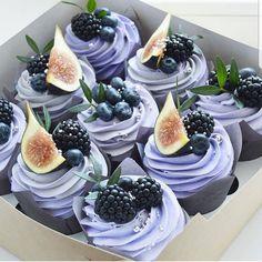 Buttercream cupcakes with these berries from . Buttercreme Cupcakes mit diesen Beeren von Die Farbe … Yes or no? Buttercream cupcakes with these berries by The color … - Fun Cupcakes, Cupcake Cakes, Berry Cupcakes, Purple Cupcakes, Pretty Cakes, Beautiful Cakes, Cupcake Recipes, Dessert Recipes, Cupcake Ideas