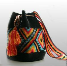 This Pin was discovered by Wen Mochila Crochet, Tapestry Crochet Patterns, Tapestry Bag, Boho Bags, Crochet Purses, Crochet Bags, Knitted Bags, Diy Crochet, Crochet Accessories